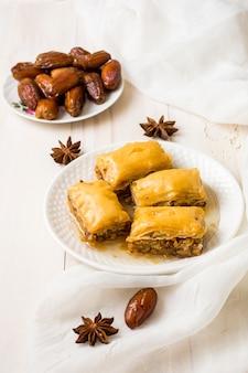 Douceurs orientales aux fruits des dates sur la table