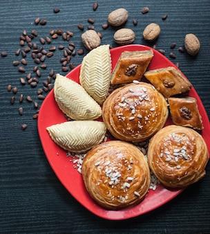 Douceurs orientales. pâtisserie et différentes noix