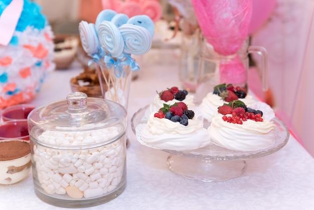 Douche de bébé et des bonbons sur la table
