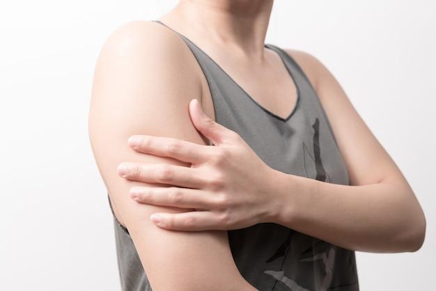 Douleur au bras et à l'épaule chez les femmes