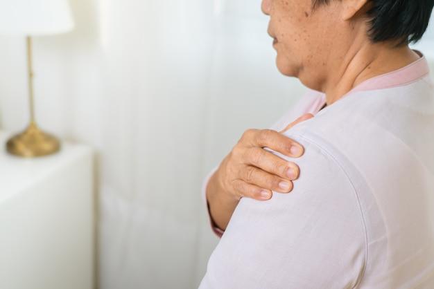Douleur au cou et aux épaules de la vieille femme, problème de santé du concept senior