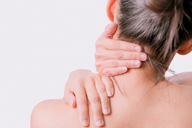 Douleur au cou et à l'épaule chez les femmes avec fond blanc