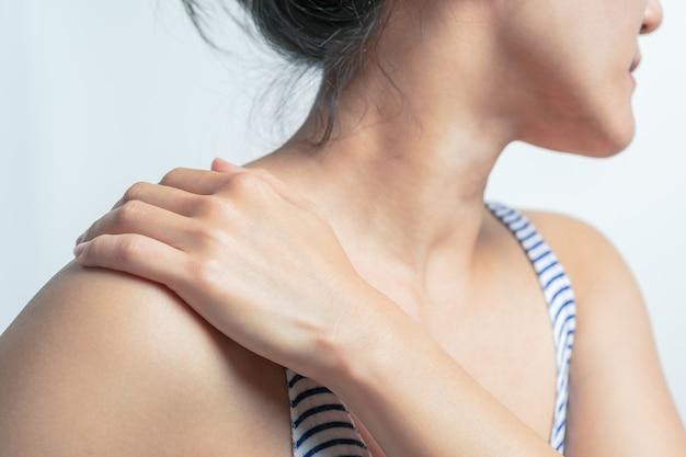 Douleur au cou et l'épaule de jeunes femmes, concept de soins de santé et médical