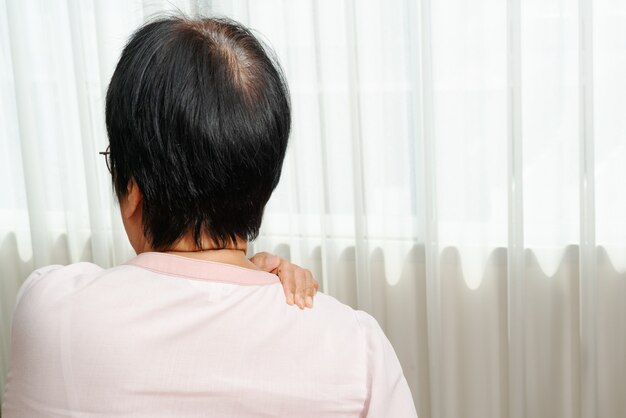 Douleur au cou et à l'épaule, vieille femme souffrant de blessure au cou et à l'épaule, concept de problème de santé