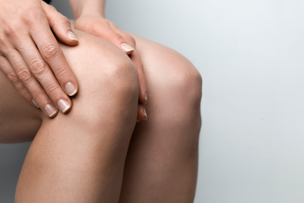 Douleur au genou, blessure à la jambe sur gris