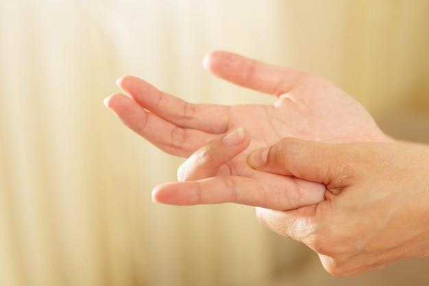 La douleur au poignet est l'un des symptômes