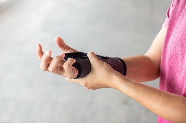 Douleur au poignet parce que l'ordinateur est utilisé depuis longtemps.