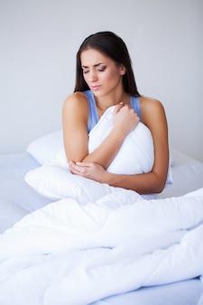 Douleur corporelle. gros plan du beau corps de femme ayant mal au ventre