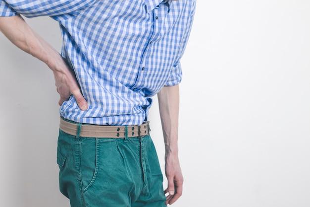 Douleur dans les reins. un homme s'accroche à un mal de dos.