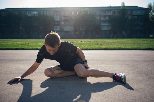 Douleur à la jambe en courant dans le stade. traumatisme de la jambe en courant