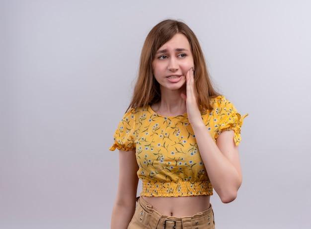Douleur jeune fille mettant la main sur la joue souffrant de maux de dents avec copie espace