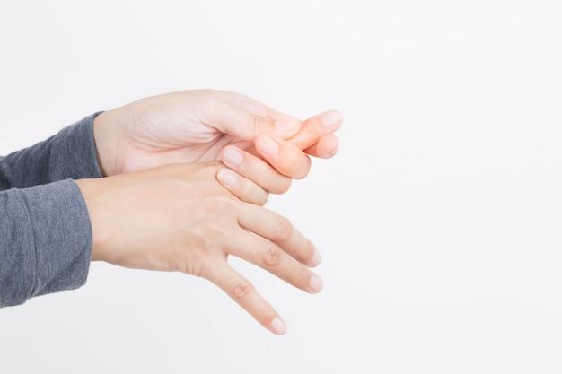 Douleur à la main femme sur fond blanc, concepts de santé et de maladie, neuropathies périphériques