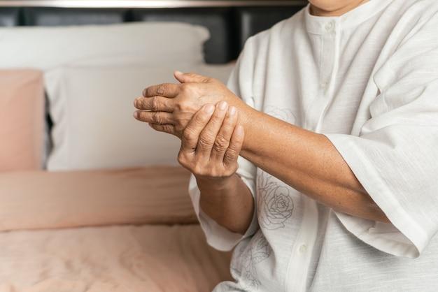 Douleur à la main de la vieille femme, problème de santé du concept senior