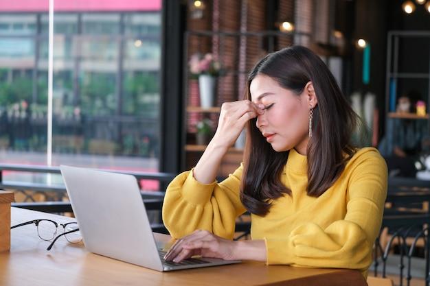 Douleur oculaire en regardant un ordinateur