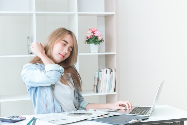 Douleurs au cou chez les femmes asiatiques