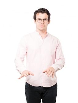 Douteux jeune homme faisant un geste de garder son calme