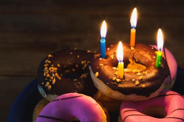 Douts avec joyeux anniversaire sur fond de bois