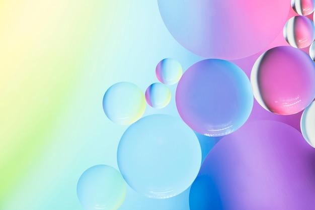 Doux abstrait coloré avec des bulles