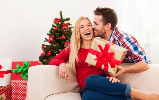 Doux baiser et cadeau pour noël