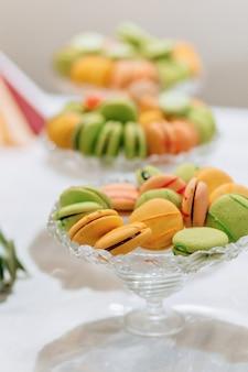 Doux buffet de fête, fruits, casquettes, macaronis et beaucoup de bonbons