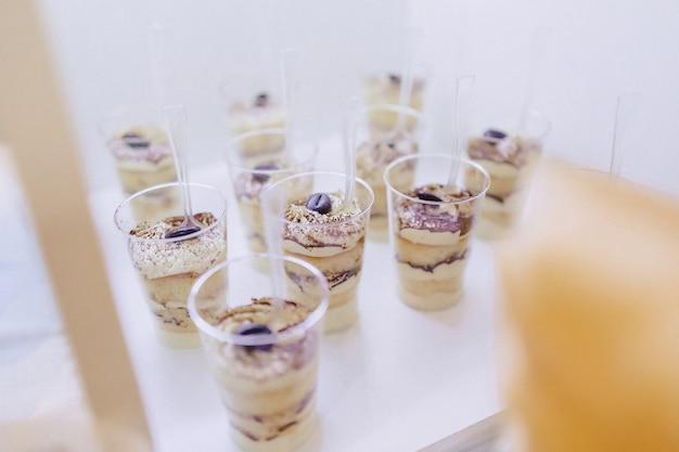 Doux buffet de fête, fruits, casquettes, macaronis et sucreries