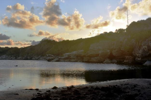 Doux coucher de soleil sur une petite rivière