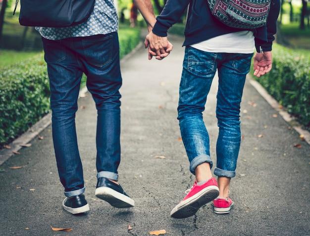 Doux couple gay amoureux