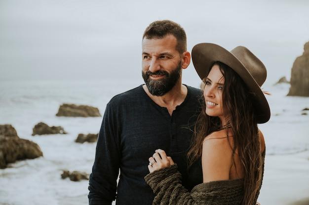 Doux couple à la plage