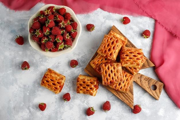 Doux délicieux biscuits à la framboise avec framboises mûres, vue de dessus