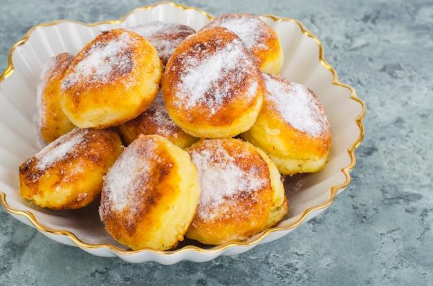 Doux délicieux petits pains au lait caillé. photo