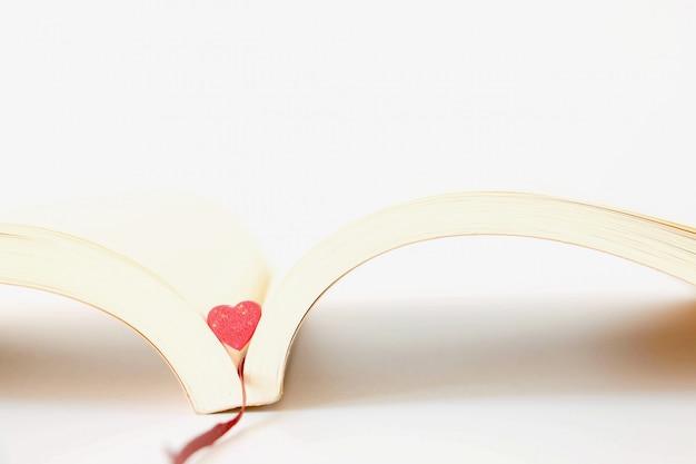 Doux mini coeurs de couleur pastel sur un livre