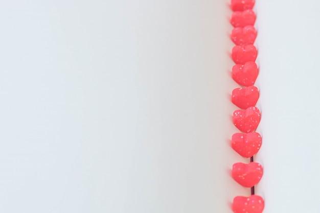 Doux mini coeurs en rouge sur un livre