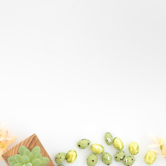 Doux oeufs près de raisin sur planche de bois