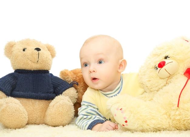 Doux petit bébé avec un jouet