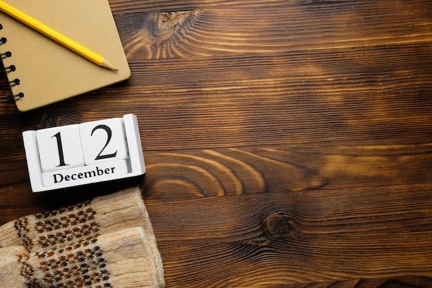 Douzième jour du calendrier du mois d'hiver décembre avec espace de copie.