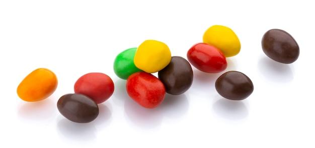 Dragée multicolore brillant noix et raisins secs isolé sur fond blanc