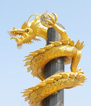 Dragon en acier doré.
