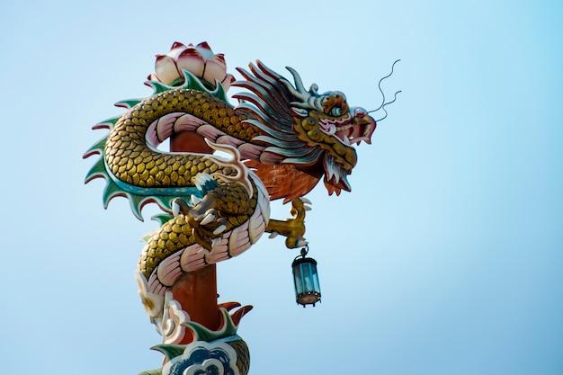 Dragon chinois devant le ciel bleu