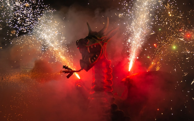 Dragon de feu avec feu d'artifice