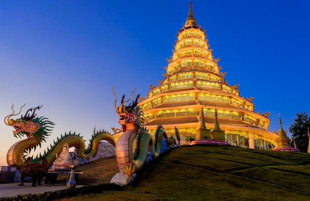 Dragon d'or de wat huay pla kang, province de chiang rai, thaïlande.