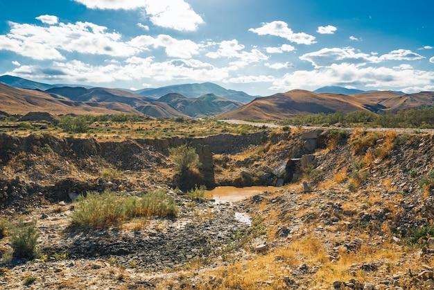 Drainage des eaux usées sales dans un fossé