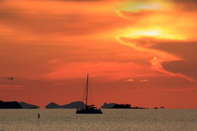 Dramatique ciel coucher de soleil rouge et mer tropicale avec yatch