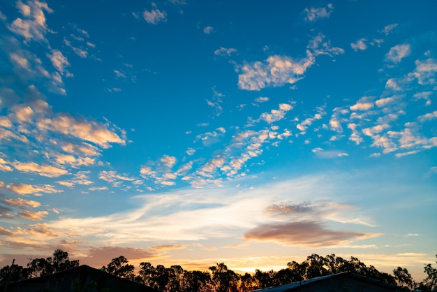 Dramatique vallée ciel coucher de soleil panoramique fond de paysage pays.