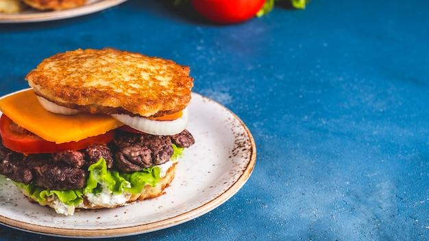 Dranburger. burger de crêpes de pommes de terre à la viande.