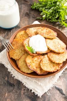 Draniki - beignets de pommes de terre. crêpes de pommes de terre. le plat national biélorusse, ukrainien et russe.