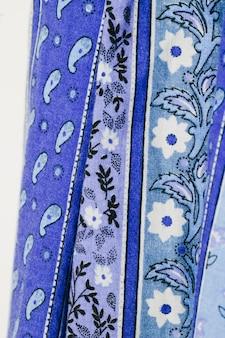 Drap bleu avec fleurs gros plan