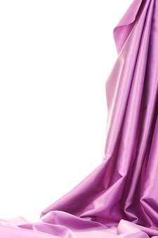Drap de soie violet isolé sur blanc