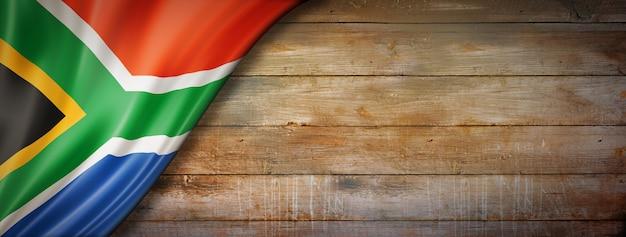 Drapeau de l'afrique du sud sur mur en bois vintage