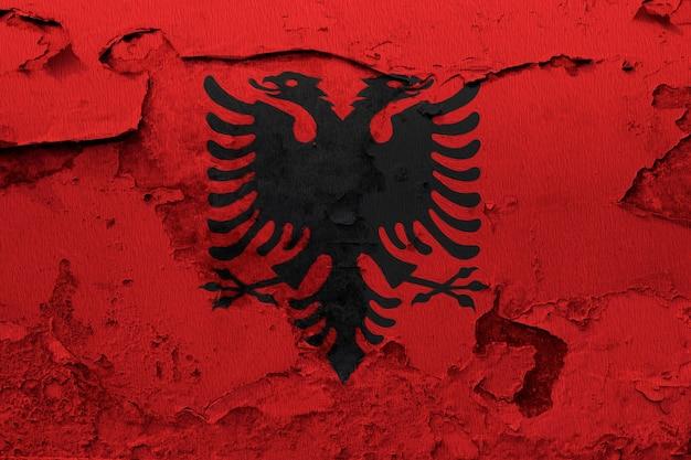 Drapeau de l'albanie peint sur un mur fissuré grunge