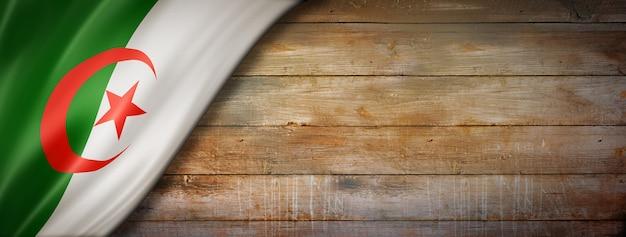 Drapeau de l'algérie sur mur en bois vintage